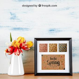 Mockup de primavera com conjunto de quadros e vaso de flores