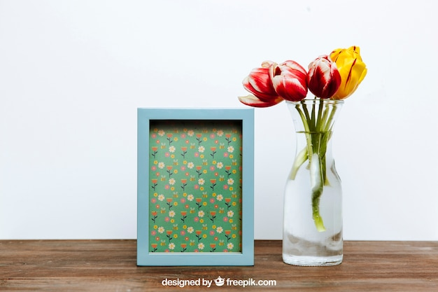 Mockup de primavera com moldura azul e vaso de flores
