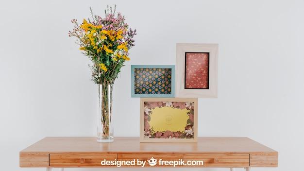Mockup de primavera com três quadros sobre a mesa