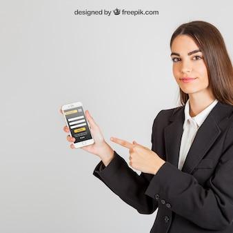 Mockup de smartphone com mulher de negócios