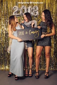 Mockup do ano novo com três meninas jovens