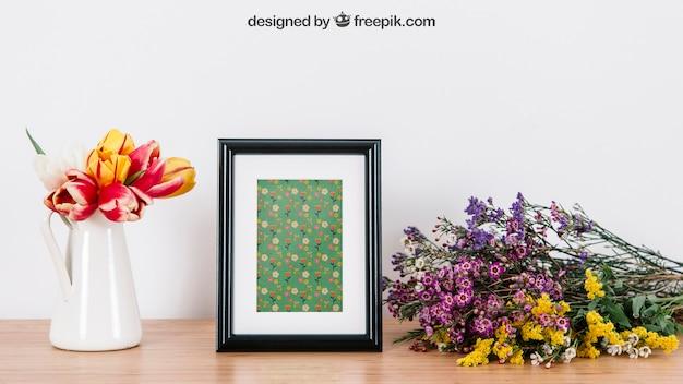 Mockup floral do quadro na mesa