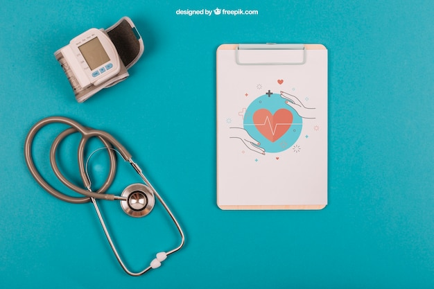 Mockup médico com clipboard e estetoscópio