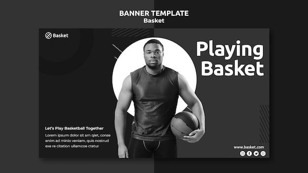Modelo de banner em preto e branco com atleta masculino de basquete