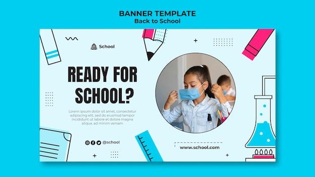 Modelo de banner horizontal de volta às aulas com criança usando máscara facial