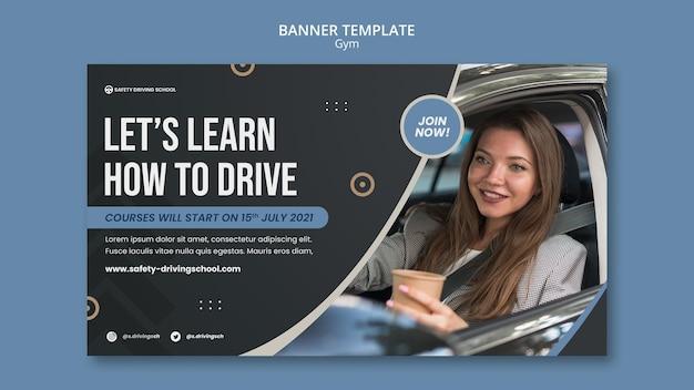 Modelo de banner horizontal para autoescola com motorista do sexo feminino no carro