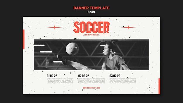 Modelo de banner horizontal para futebol com jogador feminino