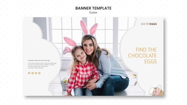 Modelo de banner para a páscoa com mãe e filho usando orelhas de coelho