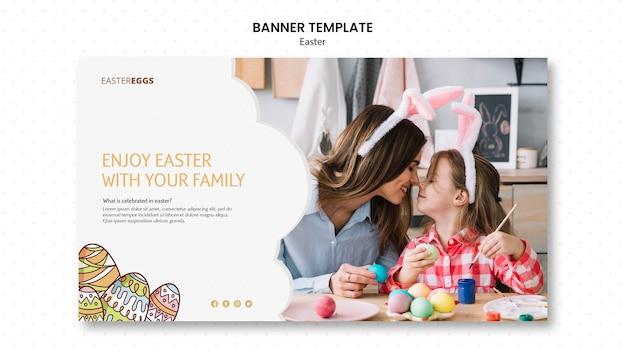 Modelo de banner para a páscoa com mãe e filho