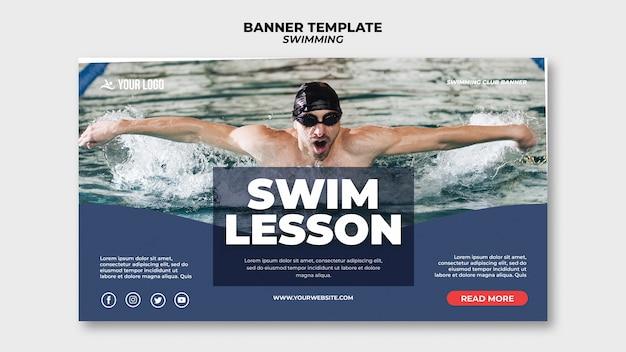 Modelo de banner para aulas de natação com homem nadando