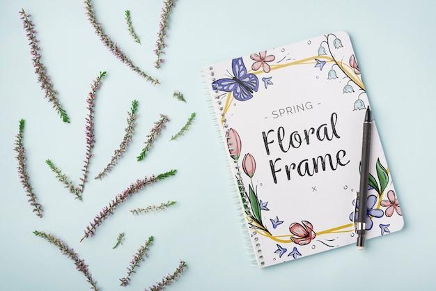 Modelo de bloco de notas para a primavera com flores