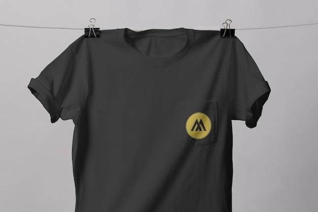 Modelo de camiseta de bolso isolado
