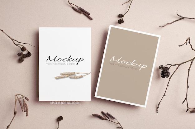 Modelo de cartão de convite elegante com frente e verso com enfeites naturais de galhos de árvores