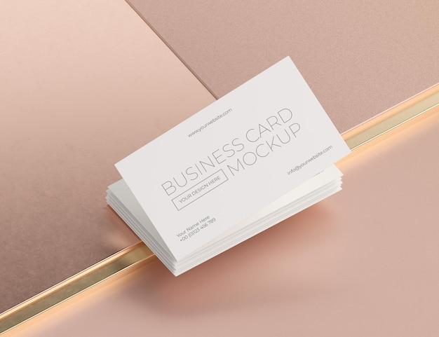 Modelo de cartão de visita de cobre metálico levitando