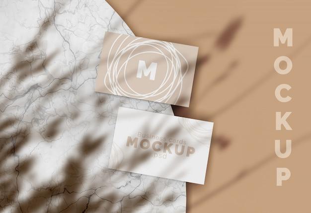 Modelo de cartão de visita em uma superfície de mármore