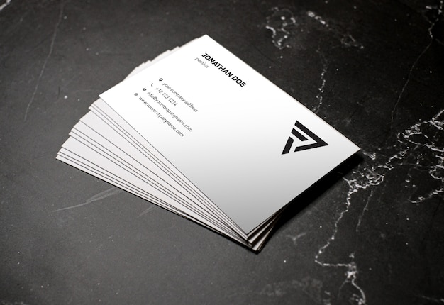 Modelo de cartão de visita empilhado em perspectiva de mármore escuro