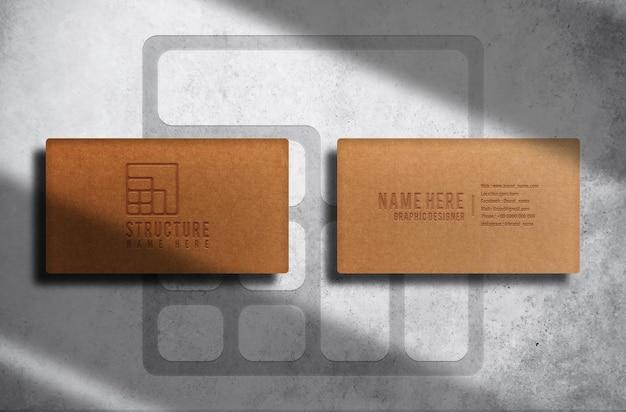 Modelo de cartão de visita luxuoso de papel pardo com logotipo em relevo