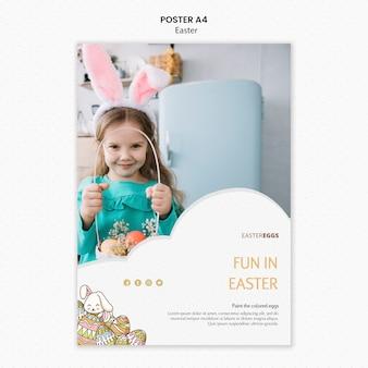 Modelo de cartaz de páscoa com criança usando orelhas de coelho