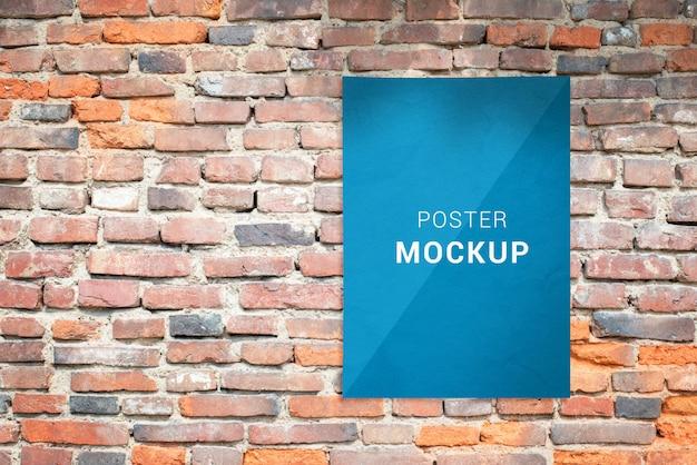 Modelo de cartaz na parede de tijolos. maquete de publicidade com espaço de cópia ao lado