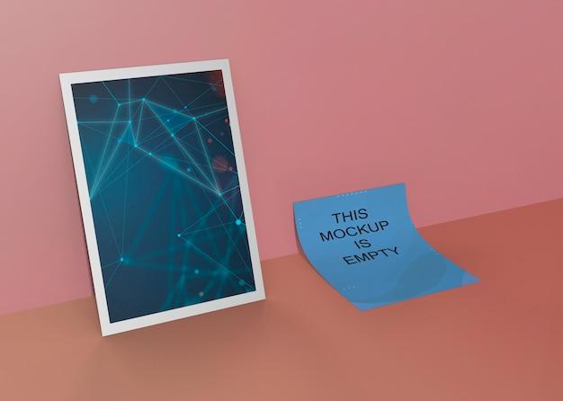 Modelo de design de folheto post-it e mock-up emoldurado