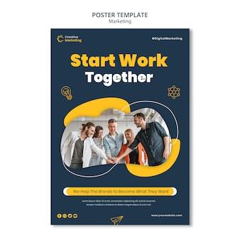 Modelo de design de pôster com equipe trabalhando em conjunto