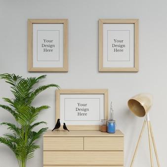 Modelo de design premium três poster a2 frame mockup no espaço interior moderno