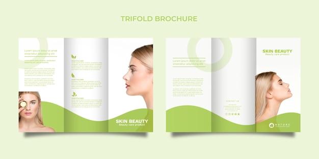 Modelo de folheto com três dobras com o conceito de beleza
