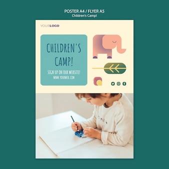 Modelo de folheto - conceito de acampamento infantil