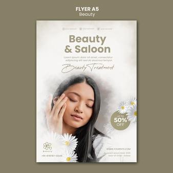 Modelo de folheto de beleza e spa com flores de mulher e camomila