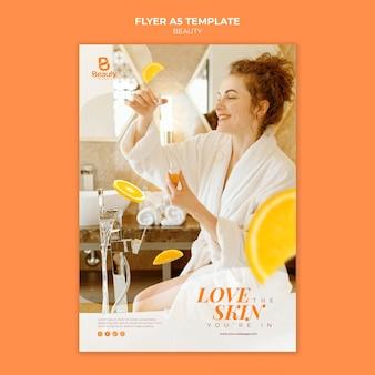 Modelo de folheto para cuidados com a pele de spa em casa com mulher e fatias de laranja