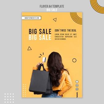 Modelo de folheto para uma grande venda com uma mulher e sacolas de compras