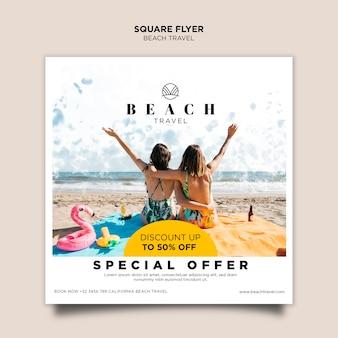 Modelo de folheto quadrado amigos praia desfrutando de verão
