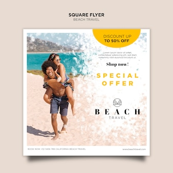Modelo de folheto quadrado casal brincando na praia