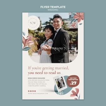Modelo de folheto vertical para casamento floral