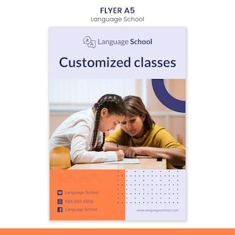 Modelo de folheto vertical para escola de idiomas