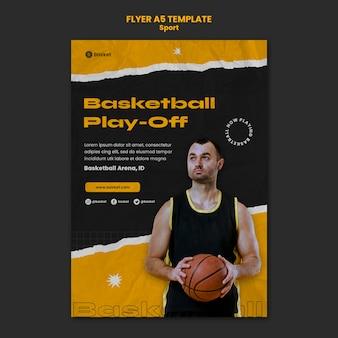 Modelo de folheto vertical para jogo de basquete com jogador masculino