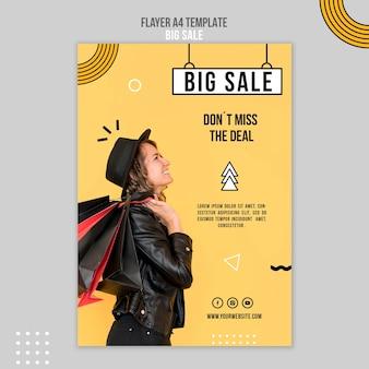 Modelo de folheto vertical para uma grande venda com uma mulher e sacolas de compras