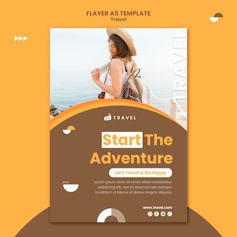 Modelo de folheto vertical para viajar com mulher