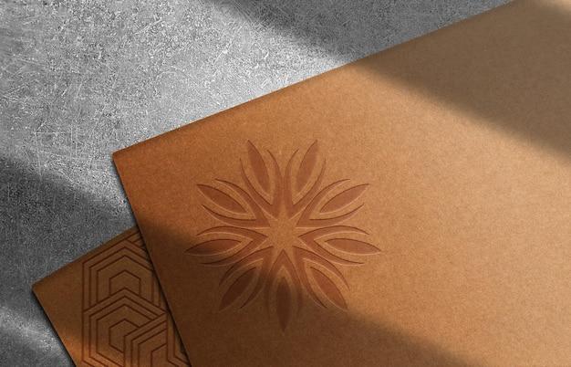 Modelo de logotipo em relevo de papel de luxo com pilha de cartão preto em perspectiva