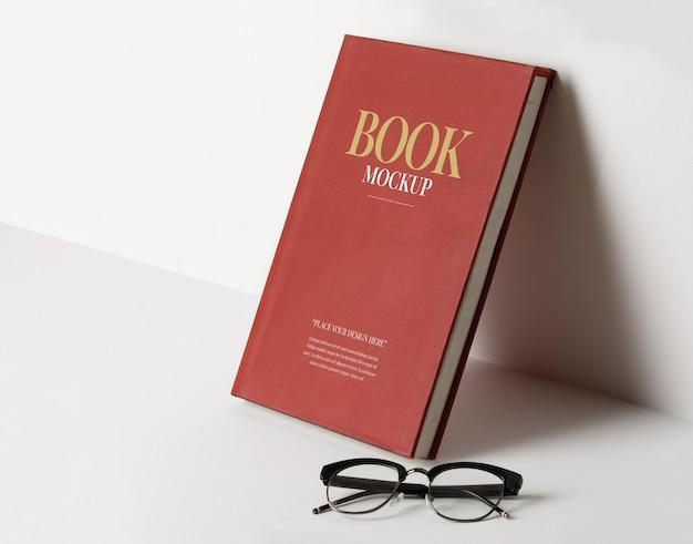 Modelo de maquete de capa de livro realista com óculos