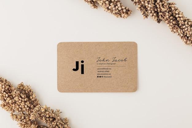 Modelo de maquete de cartão de visita de papel kraft, estilo mínimo.