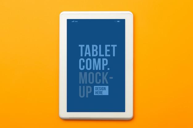 Modelo de maquete de computador tablet em fundo laranja.