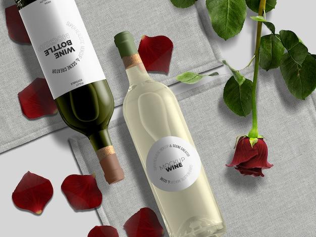 Modelo de maquete de garrafas de vinho topview com pétalas e rosa