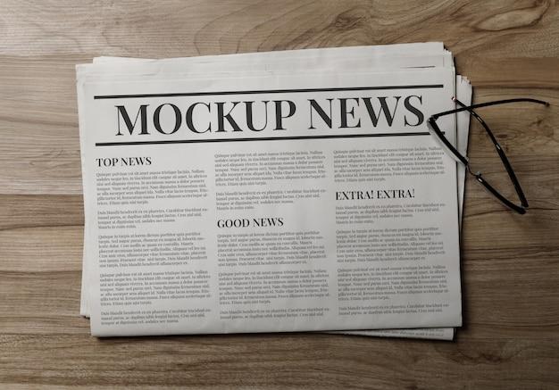 Modelo de maquete de jornal de negócios com óculos
