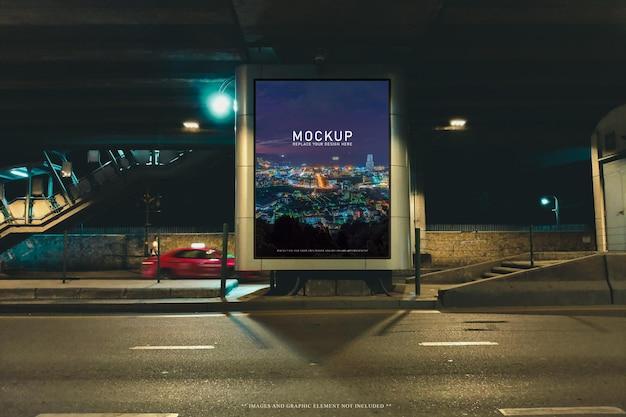 Modelo de maquete de outdoor em branco na rua à noite