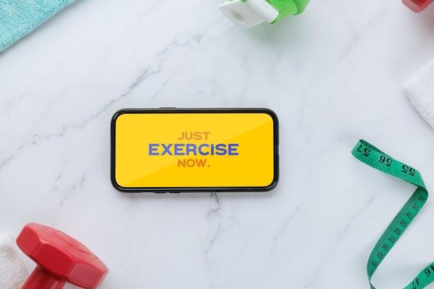 Modelo de maquete de smartphone e equipamentos de fitness