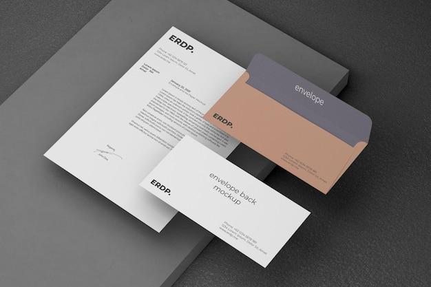 Modelo de marca com envelope