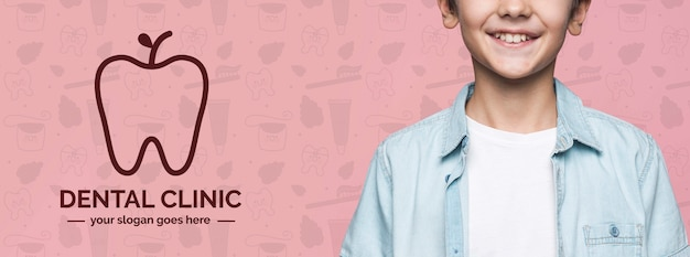 Modelo de menino bonito jovem clínica dentária