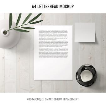 Modelo de papel timbrado a4 na mesa de madeira
