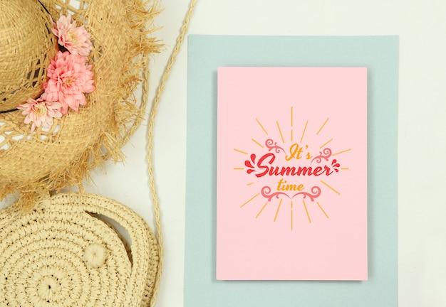 Modelo de quadro de verão maquete com chapéu de palha e bolsa